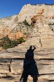 Тень женщины вверх на горе Стоковая Фотография RF