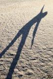 Тень женщины выполняя йогу Стоковая Фотография
