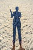 Тень женщины на пляже показывая знак мира Стоковая Фотография RF