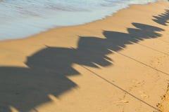 Тень зонтиков на пляже Стоковое Изображение