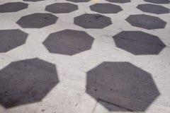 Тень зонтиков строки на первом этаже улицы стоковое фото rf