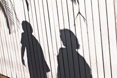 тень мати загородки мальчика деревянная стоковая фотография rf