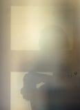 Тень от фотографа на бетонной стене светлое окно Стоковые Изображения RF