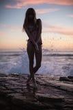 Тень привлекательной женщины на предпосылке моря Стоковые Изображения RF