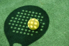 Тень ракетки тенниса затвора на шарике Стоковая Фотография
