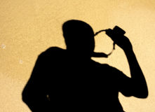 Тень фотографа на влажном скрипе пляжа Стоковая Фотография RF