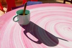 Тень чашки кофе Кружка кофе на таблице в утре Стоковое фото RF