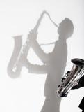 Тень человека играя на саксофоне Стоковое Изображение