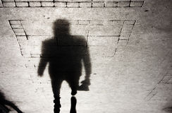 Тень человека на patterened тротуаре Стоковая Фотография
