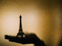 Тень Эйфелевой башни на стекле стоковое фото