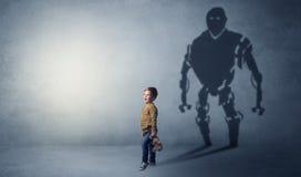 Тень Robotman милого мальчика стоковое фото rf
