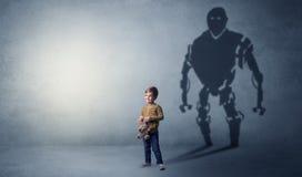 Тень Robotman милого мальчика стоковые фотографии rf