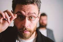 Теперь я вижу все Picky умный контролер Eyeglasses носки парня человека красивые бородатые Здоровье и видимость глаза Оптика и стоковые фотографии rf