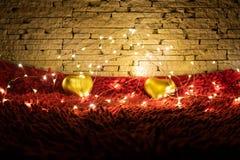 Теплая гирлянда света цвета окружая 2 сердца Валентайн дня s стоковое изображение rf