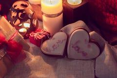 Теплая и уютная зима с свечами, подарками и имбирем щелкает Стоковые Фотографии RF