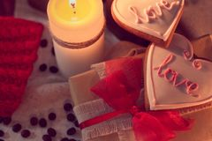 Теплая и уютная зима с свечами, подарками и имбирем щелкает Стоковая Фотография RF
