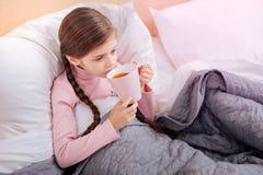Теплая чашка чаю в руках ребенка Стоковое фото RF