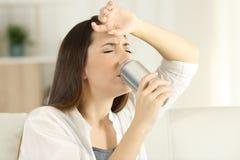 Тепловой удар и питьевая сода испытывающей жажду девушки sugffering Стоковая Фотография