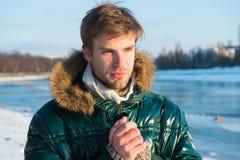 Теплые одежды на холодный сезон зима способа предпосылки красивейшей изолированная девушкой белая свитер теплый Человек путешеств стоковое фото rf