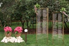 Теплые покрывала для гостей свадебного банкета, переплетенные в форме цветков, в корзине на сидя карте стоковые изображения rf