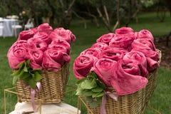 Теплые покрывала для гостей свадебного банкета, переплетенные в форме цветков, лежа в плетеной корзине стоковое изображение rf