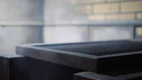 Теплый гриль Гриль Аргентины Подготовка огня и гриля для барбекю на ресторане Стейкхаус, говядина Кобе, стейк ribeye видеоматериал