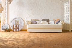 Теплый интерьер просторной квартиры с солнечным светом Стоковые Фото