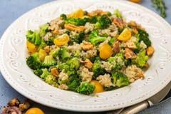 Теплый салат квиноа, брокколи и грецкого ореха стоковое изображение