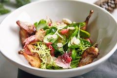 Теплый салат с триперстками, сливами и поднимающим вверх шпината близким стоковая фотография
