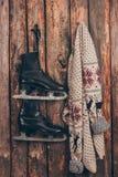 Теплый свитер и пары черный висеть коньков Стоковая Фотография