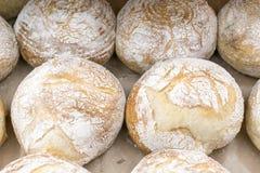 Теплый хлеб воздуха на полке в магазине bakersfield стоковые фотографии rf