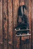 Теплый шарф с парами черный висеть коньков Стоковая Фотография RF
