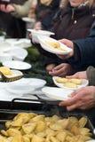 Теплая еда для бедных и бездомные как Стоковое Изображение RF