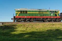Тепловозный поезд идет на рельсы Стоковая Фотография