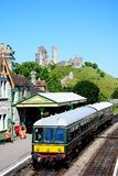 Тепловозный поезд на железнодорожном вокзале Corfe Стоковые Фото
