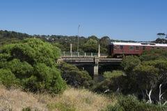 Тепловозный поезд пересекая реку Hindmarsh, гавань Виктора, Fleuri Стоковые Изображения