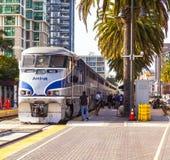 Тепловозный поезд приезжает на соединение Стоковое Изображение RF