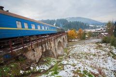 Тепловозный поезд путешествуя на виадуке Стоковые Изображения RF