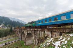 Тепловозный поезд путешествуя на виадуке Vorokhta Стоковая Фотография