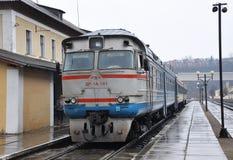 Тепловозный поезд уходит от пассажира station_6 Стоковая Фотография