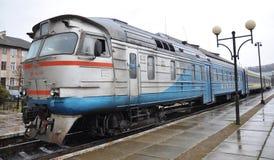 Тепловозный поезд уходит от пассажира station_8 Стоковые Изображения