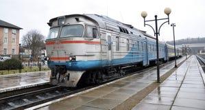 Тепловозный поезд уходит от пассажира station_7 Стоковые Изображения RF