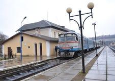 Тепловозный поезд уходит от пассажира station_5 Стоковое Фото