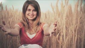 Теплые памяти от детства: семья идет в сельское поле ушей, молодая мать хочет обнять ее ребенка для того чтобы встретить ее, усме сток-видео