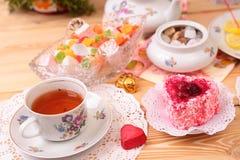 Теплые чашка чаю и помадки стоковые фото