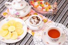 Теплые чашка чаю и помадки стоковое фото rf
