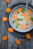 Теплый деревянный стол петрушки морковей супа гриба еды Стоковые Изображения RF