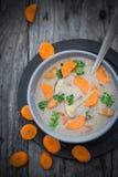 Теплый деревянный стол петрушки морковей супа гриба еды Стоковая Фотография RF