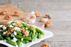 Теплый зеленый рецепт салата фасоли весны Домашний зеленый салат фасоли весны с творогом, сырцовыми pelled грецкими орехами, чесн Стоковое фото RF