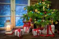 Теплый коттедж в вечере рождества зимы Стоковое Фото